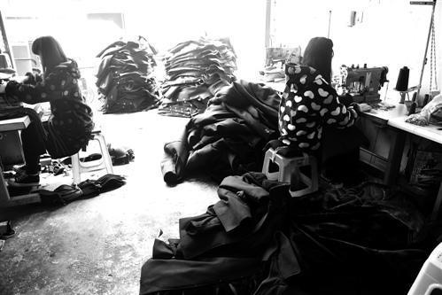 """西部""""淘宝村""""转型探索:土地村服装厂的进与退"""