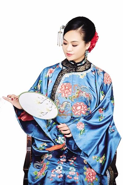 宁波这个女孩专门收藏清代服饰 每件凤冠霞帔后面都有故事