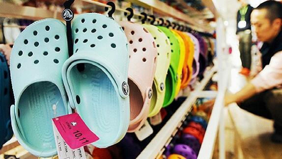 中国人喜欢穿拖鞋 但Crocs想不通为什么洞洞鞋是例外