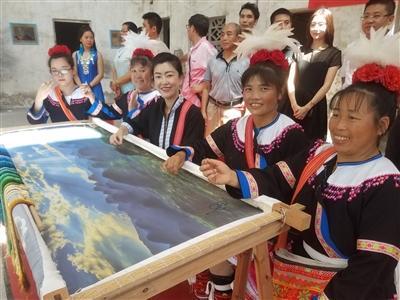 """巨幅刺绣举办""""开针""""仪式 清远市刺绣文化协会揭牌"""
