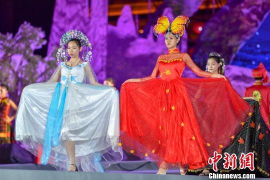 海南:创意服饰走秀展示黎族苗族文化