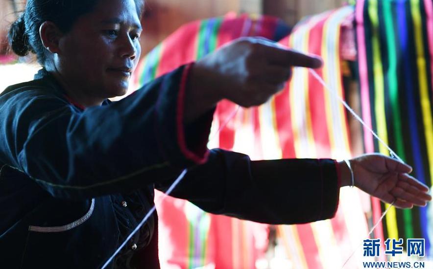 云南西盟:创新民族纺织工艺助佤族村民增收