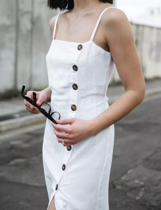 2020 亚麻流行趋势 | 超有仙气的亚麻吊带裙,性感又高级。