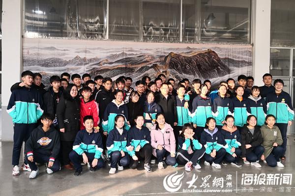 滨州北镇中学学生走进愉悦家纺 感受科技的力量