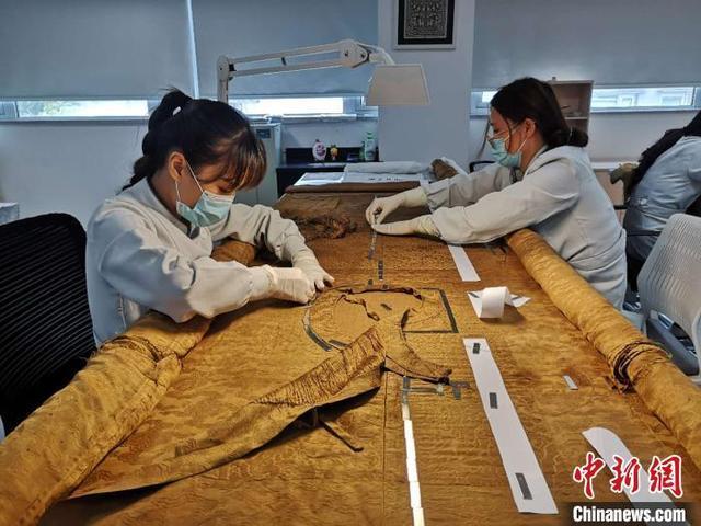 """丝绸博物馆""""女医生"""":20余年巧手缝补 曾修复慈禧龙袍"""