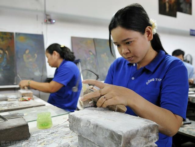 欧美订单减少,为了生存,越南服装工厂改卖口罩